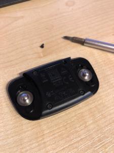 Die Rückseite des Garmin Brustgurt Sensors, sobald man Ihn vom eigentlichen Gurt gelöst hat.