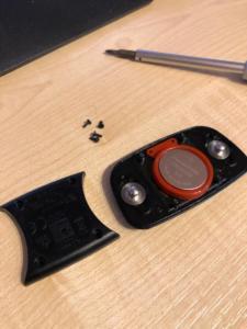 Öffnen mit einem kleinen, kleinen Schraubendreher. Batterie nicht herausklopfen, sondern Tape benutzen.