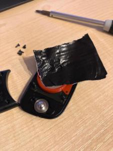 Tape auf die Batterie kleben und abziehen