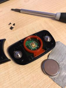 Die Batterie wurde durch Tape entfernt und die neue Batterie kann eingesetzt werden. Eine CR2032